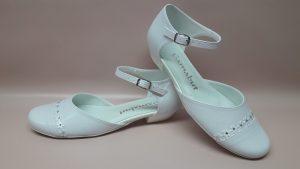209 Białe buty komunijne dla dziewczynki z kwiatkami