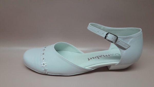 Białe buty komunijne dla dziewczynki z kwiatkami